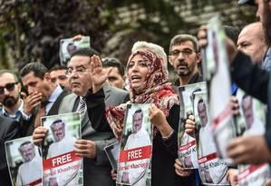 Prêmio Nobel da Paz, a iemenita Tawakkol Karman participa de manifestação em apoio a Jamal Khashoggi em frente ao consulado saudita em Istambul Foto: OZAN KOSE / AFP