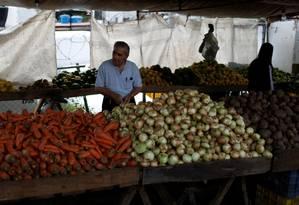 Venezuelano faz compras em feira de Caracas, na Venezuela Foto: MARCO BELLO / REUTERS