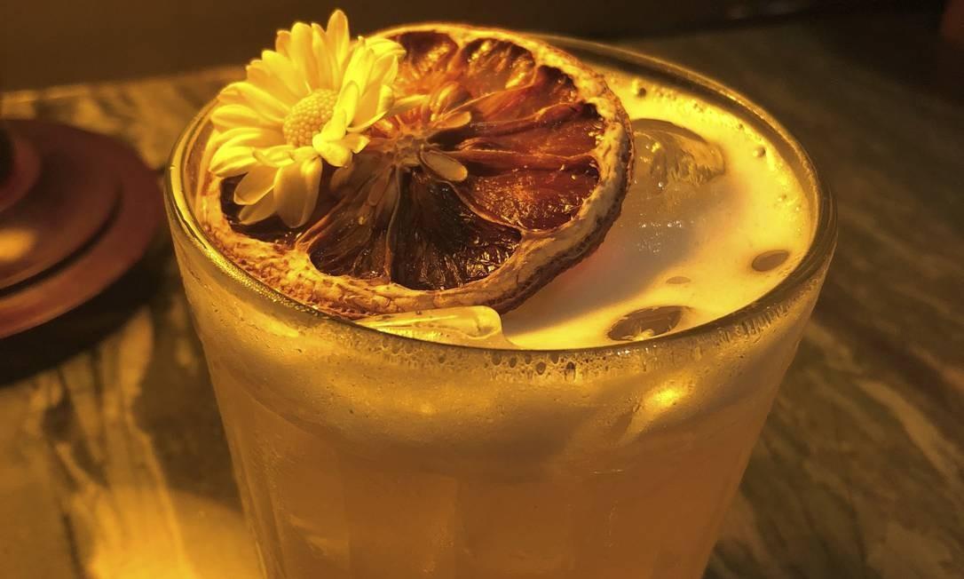 Gusto Cucina e Bar. O Spring Love leva gim, redução de witbier com camomila e limão-siciliano (R$ 32) Foto: Divulgação