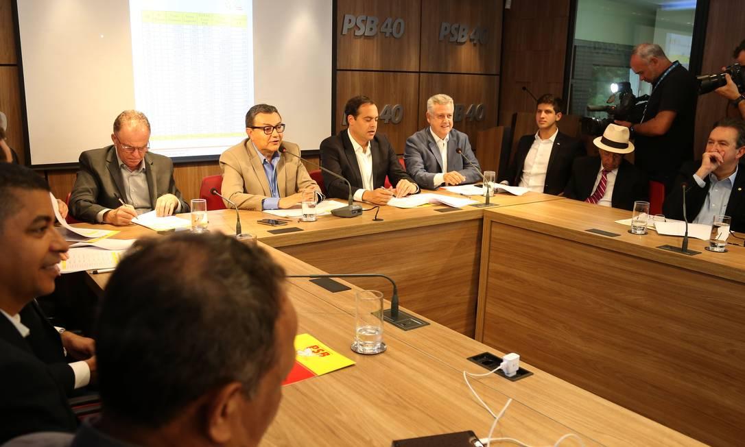 O presidente do PSB, Carlos Siqueira, durante reunião com a executiva do partido Foto: Givaldo Barbosa / Agência O Globo
