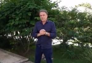 Alvaro Dias durante transmissão ao vivo no Facebook em que falou 'Não há hipótese de apoiar o PT' Foto: Reprodução/Facebook