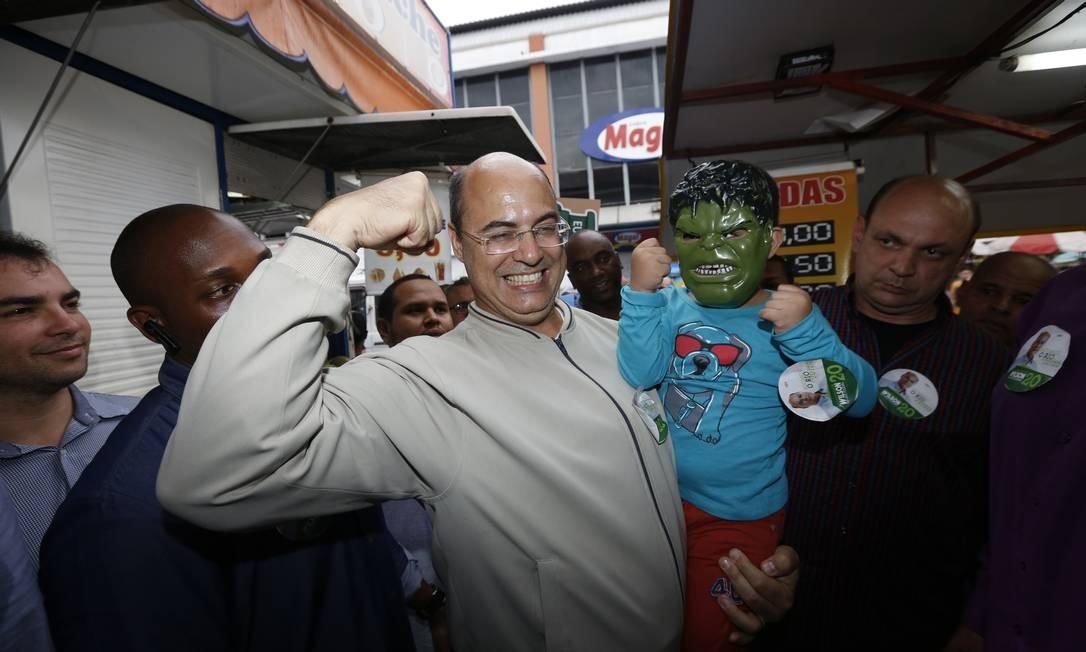 Wilson Witzel em campanha no calçadão de Bangu Foto: Marcos Ramos / Agência O Globo