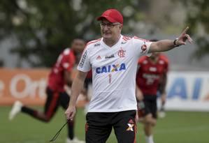 Dorival comanda treino do Flamengo no Ninho do Urubu Foto: Marcelo Theobald / O Globo