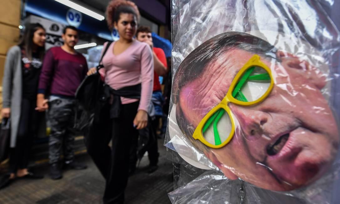 Uma máscara de Jair Bolsonaro em mercado popular de São Paulo Foto: NelsoN Almeida / AFP