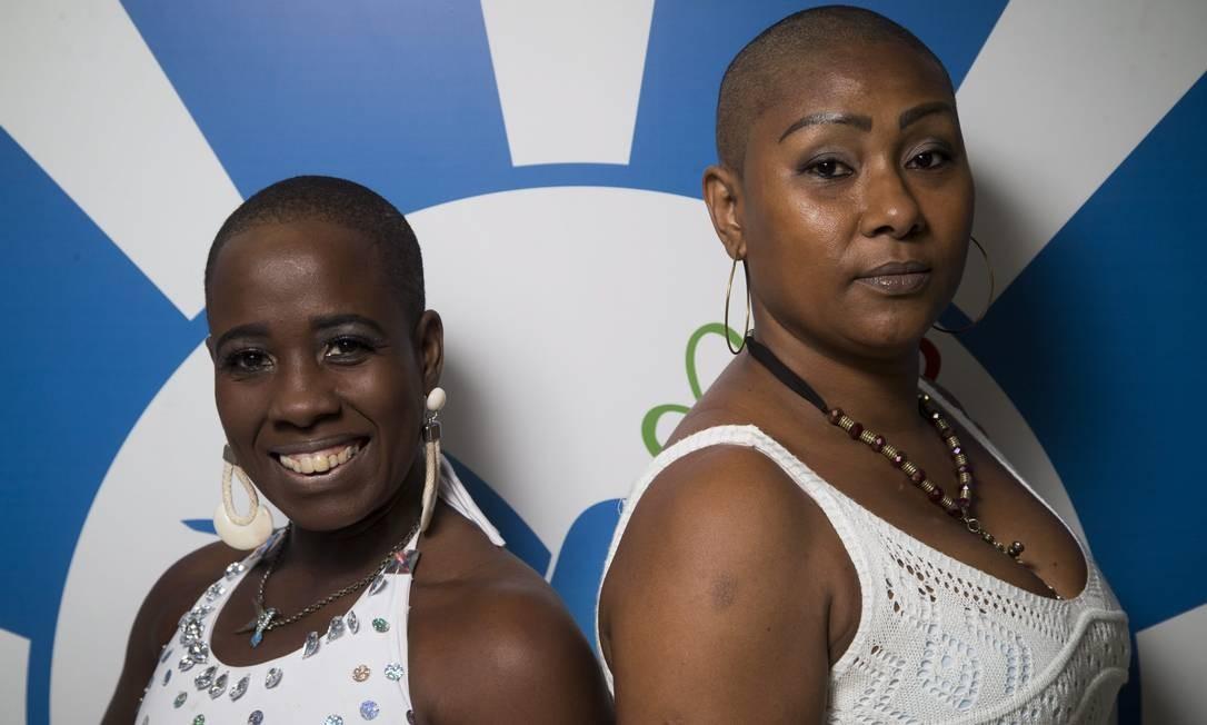 Aline (à esquerda) e Kelly já caracterizadas como a passista Foto: Guito Moreto / Agência O Globo