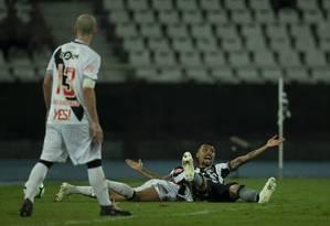 Kieza pede pênalti ao ser derrubado por Ramon Foto: Alexandre Cassiano / O Globo
