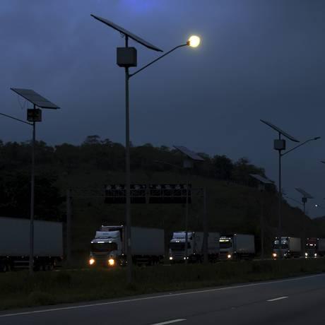 Trecho do Arco Metropolitano: postes, placas e radares danificados Foto: Domingos Peixoto / Agência O Globo