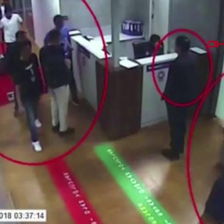 Agentes sauditas suspeitos da morte do jornalista aparecem num vídeo no aeroporto de Istambul Foto: - / AFP