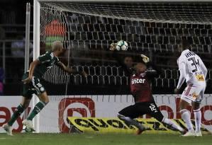 Deyverson marca o segundo gol do Palmeiras sobre o São Paulo Foto: PAULO WHITAKER / REUTERS
