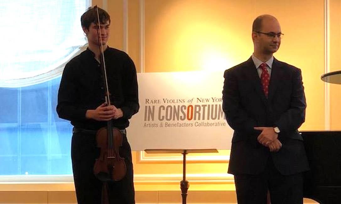 O jovem violinista Nathan Meltzer, com o Stradivarious de 1734 Foto: Reprodução Facebook Nathan Meltzer