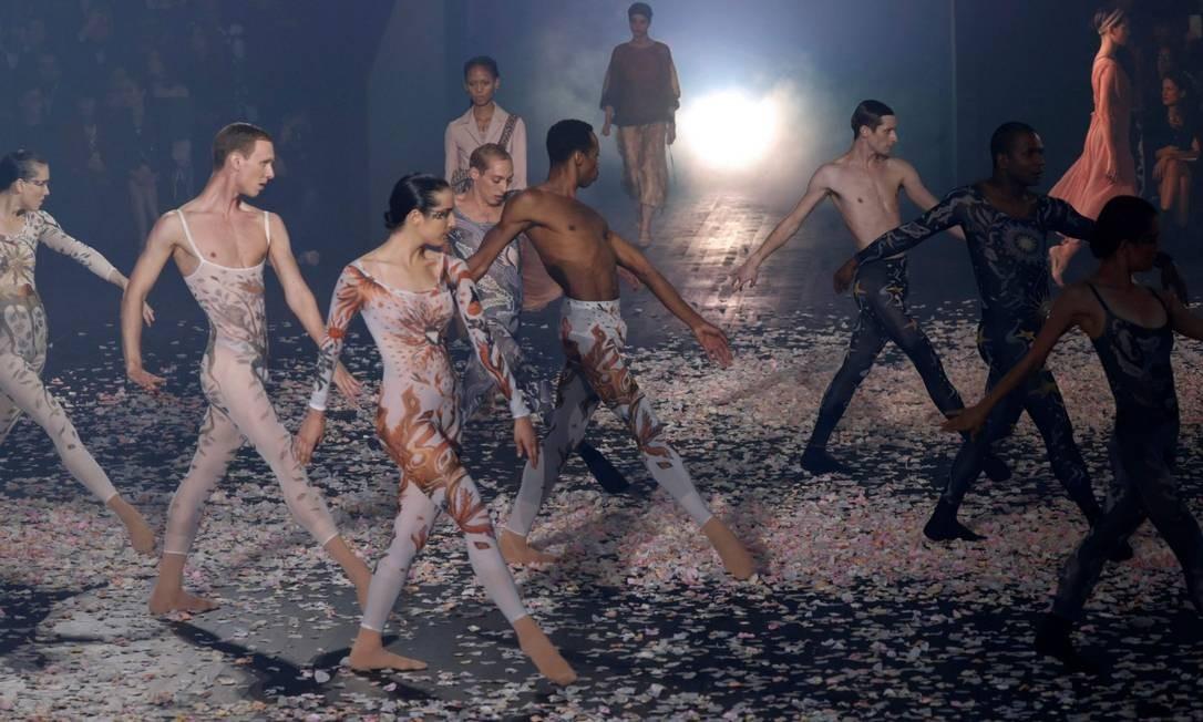 Os bailarinos do desfile de primavera-verão 2019 da Dior Foto: FRANCOIS GUILLOT / AFP