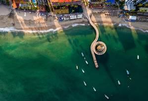 Vista do alto do píer da Playa de los Muertos, em Puerto Vallarta, em formato de caravela Foto: Graham Mattock / Divulgação