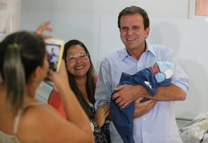 O candidato Eduardo Paes visita o Hospital da Mulher, em São João de Meriti Foto: Marcia Foletto / Agência O Globo