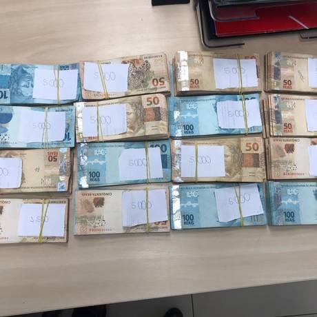 Dinheiro apreendido em parede falsa do traficante conhecido como 'Toninho do Pó' Foto: Divulgação/Polícia Civil