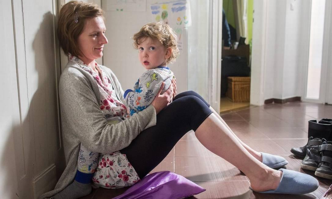Szamosi Zsófia interpreta a mãe multitarefa Foto: Kallos Bea / MTI/MTVA