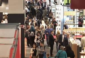 Visitantes na Feira do Livro de Frankfurt Foto: DANIEL ROLAND / AFP