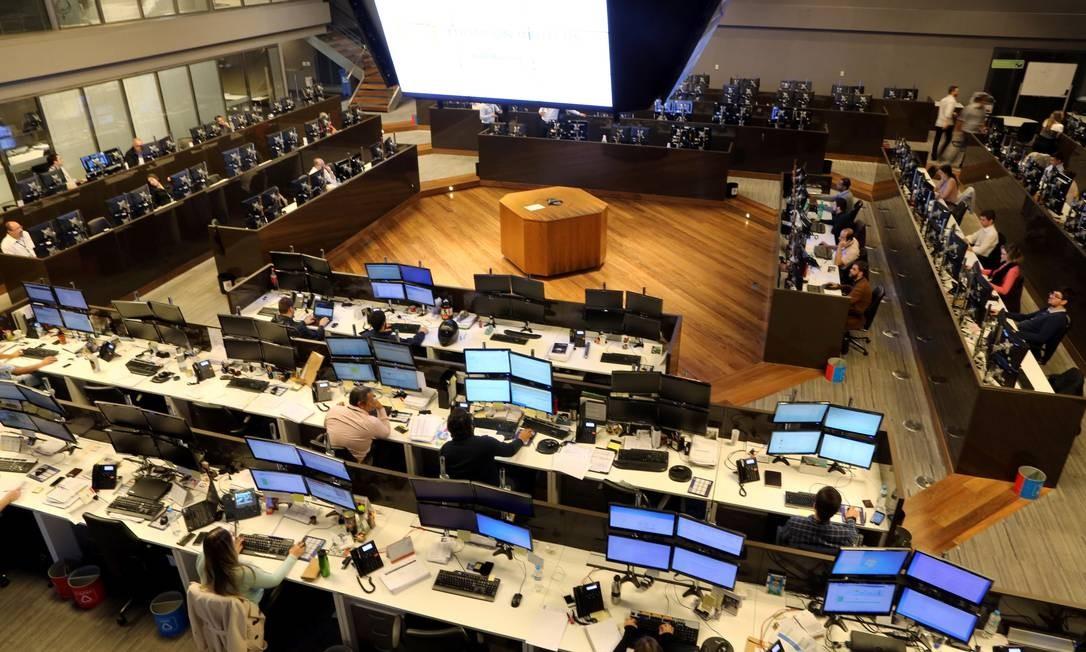 Corretores negociam ações na Bovespa, em São Paulo Foto: Paulo Whitaker / Agência O Globo