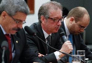 Raul Srour (ao centro) ao prestar depoimento na sessão da CPI da Petrobras em agosto de 2015 Foto: André Coelho / Agência O Globo