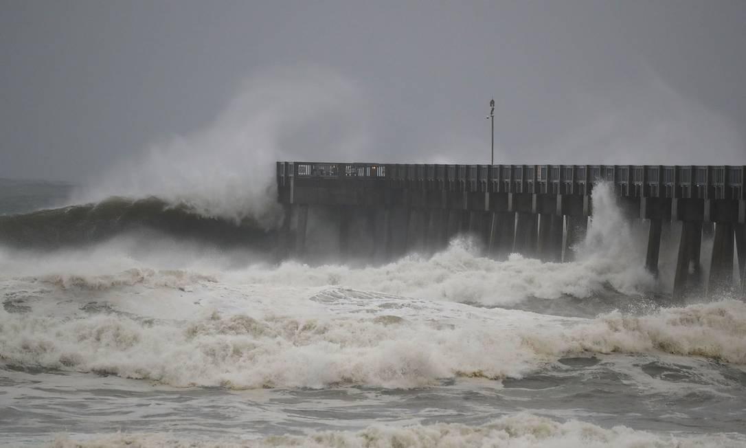 Ondas próximo ao cai na praia da Cidade do Panamá, Florida JOE RAEDLE / AFP