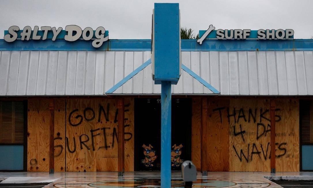 Mensagem avisando a chegada do furacão Michael em Panama City Beach, Flórida, EUA Foto: JONATHAN BACHMAN / REUTERS