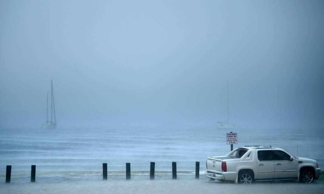 O furacão Michael chegou a costa do Golfo da Flórida com tempestades envolvendo fortes ventos e um enorme aumento do mar, disseram meteorologistas dos Estados Unidos. BRENDAN SMIALOWSKI / AFP