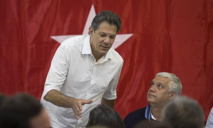 Fernando Haddad (PT) ,candidato à presidência da república no segundo turno se reúne com lideranças do partido num hotel na Zona Sul da capital Foto: Edilson Dantas / Agência O Globo
