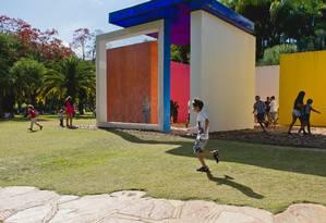 Crianças brincam em Inhotim, em Brumadinho (MG) Foto: William Gomes / Divulgação