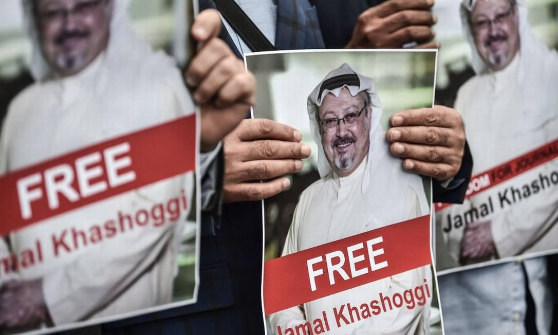 Manifestantes protestam pelo desaparecimento do jornalista saudita Jamal Khashoggi, em Istambul Foto: OZAN KOSE / AFP
