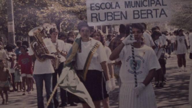A banda desfilando nos anos 80. O atual direto da escola, Alessandro, é o segundo atrás do bombardino Foto: Antonio Scorza / Agência O Globo