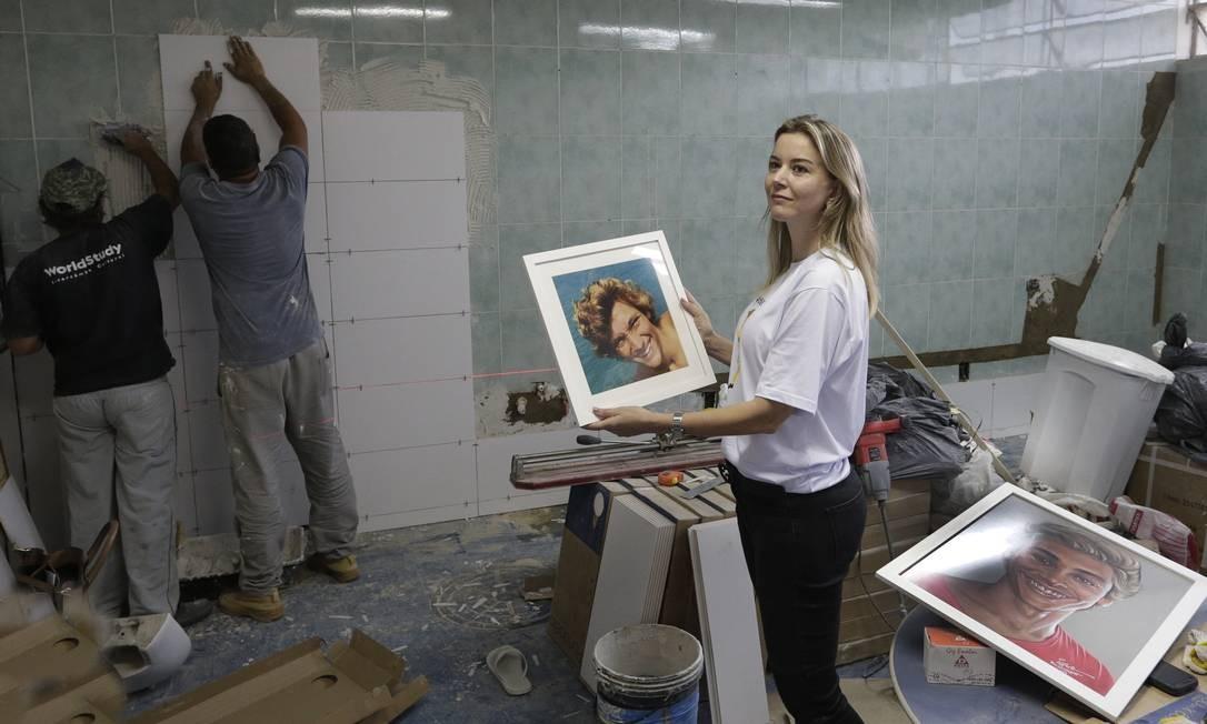 Carla Queiroz, com a foto do filho nas mãos Foto: Antonio Scorza / Agência O Globo
