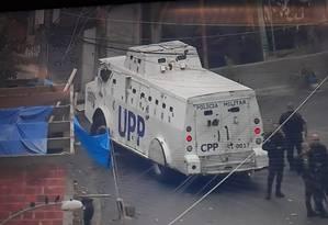 Veículo blindado da PM na operação no Complexo do Alemão na manhã desta quinta-feira Foto: Reprodução/ TV Globo