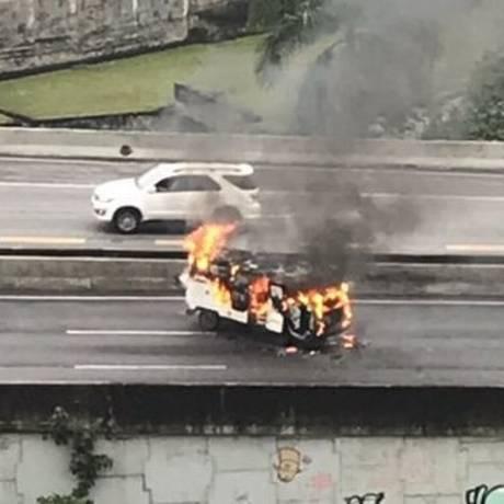 A Kombi que pegou fogo na Linha Amarela Foto: Centro de Operações da Prefeitura do Rio
