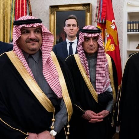 Kushner (atrás) com líderes sauditas em reunião em Washington Foto: Doug Mills/New York Times