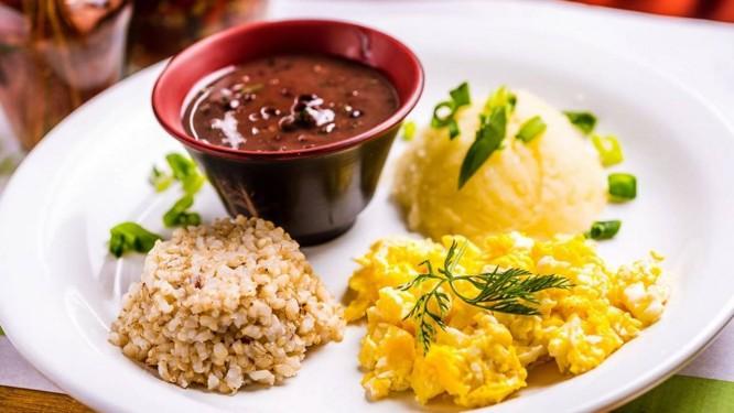 BioCarioca: arroz integral, feijão mulatinho, ovo mexido e purê de batata Foto: Divulgação