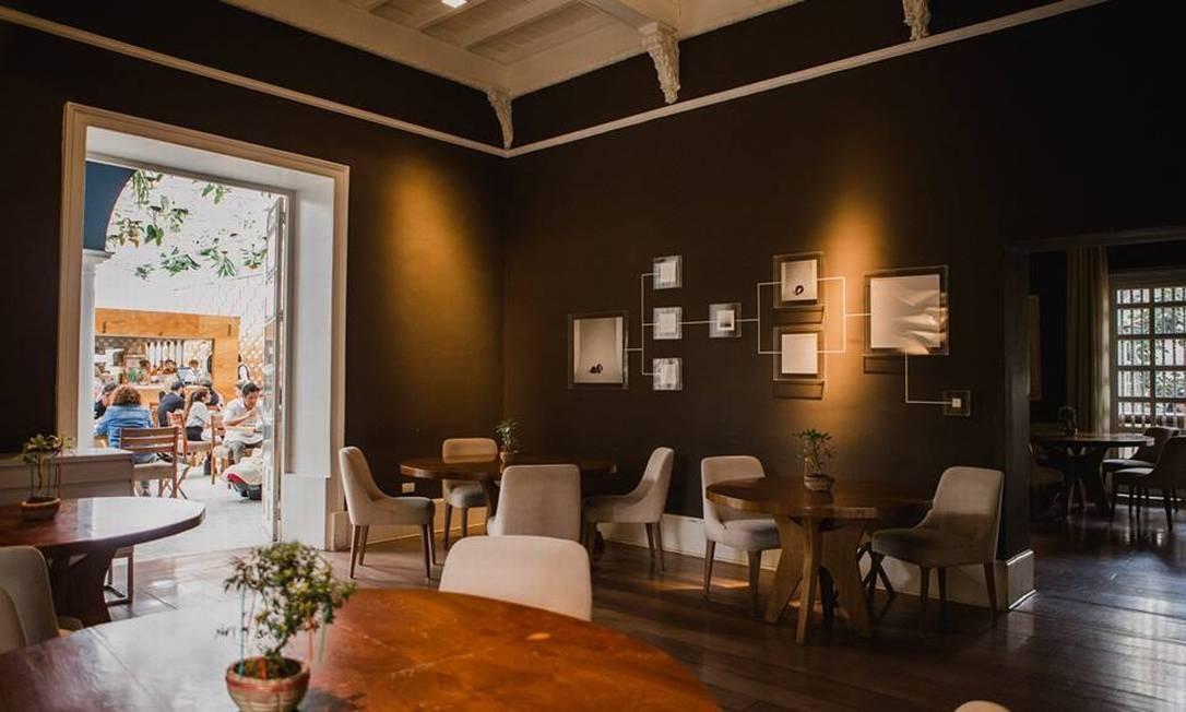 O salão do restaurante com passagem para o bar, no pátio do casarão que abriga o Astrid & Gastón, em Lima Foto: Divulgação