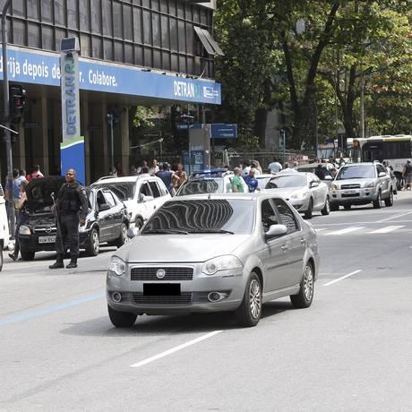 Carro passa em frente ao Detran na Avenida Presidente Vargas Foto: Marcos Ramos em 14/09/2018 / Agência O Globo