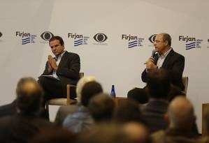 Os candidatos ao governo do Estado Eduardo Paes e Wilson Witzel fazem um debate na Casa Firjan, em Botafogo Foto: Gabriel Paiva / Agência O Globo