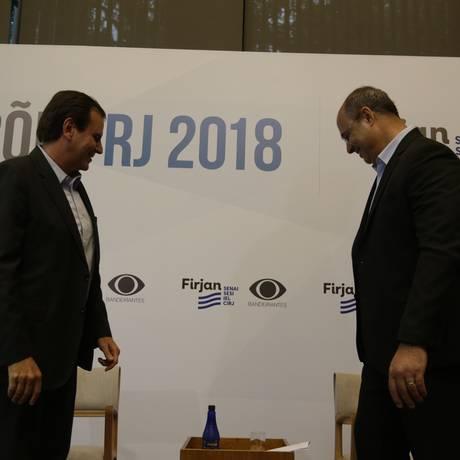 Eduardo Paes (DEM) e Wilson Witzel (PSC) debatem na Casa Firjan, em Botafogo, na disputa para o governo do Rio Foto: Gabriel Paiva / Agência O Globo