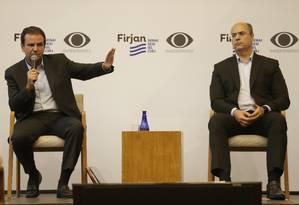 Os candidatos ao governo do Estado Eduardo Paes e Wilson Witzel fazem debate na Casa Firjan, em Botafogo Foto: Gabriel Paiva / Agência O Globo