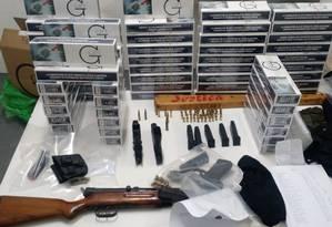 Armas, munição e cigarros apreendidos com os presos Foto: Divulgação/Polícia Civil
