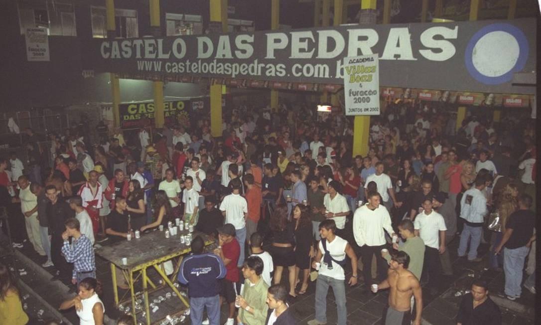 Frequentadores se divertem no baile Funk Castelo da Pedras, na comunidade do Rio das Pedras em Jacarepaguá Foto: Arquivo / 12/07/2002 / André Corrêa / Agência O Globo