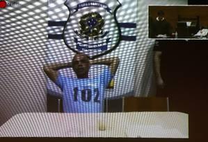 O traficante Fernandinho Beira-Mar presta depoimento por videoconferência Foto: Pablo Jacob/Agência O Globo/18-10-2016