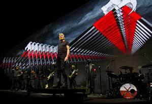 Roger Waters durante a turnê 'The Wall', que veio ao Brasil em 2012 Foto: Divulgação