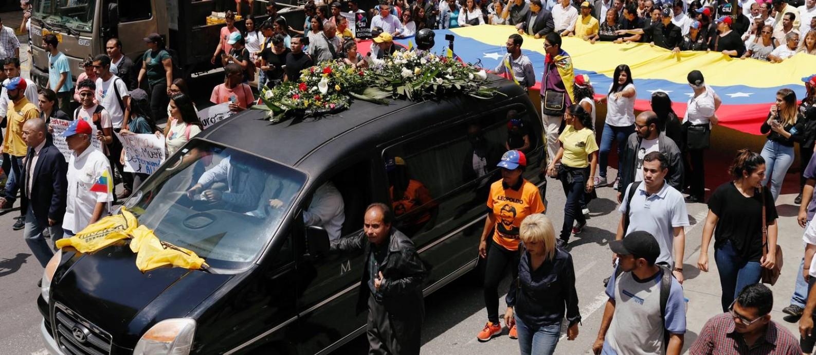Multidão acompanha o féretro do vereador Fernando Albán em Caracas Foto: MARCO BELLO / REUTERS