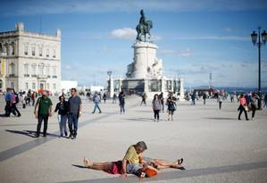 Turistas repousam na Praça do Comércio, o coração de Lisboa, em 2017; Portugal atrai onda de brasileiros Foto: Rafael Marchante / Agência O Globo