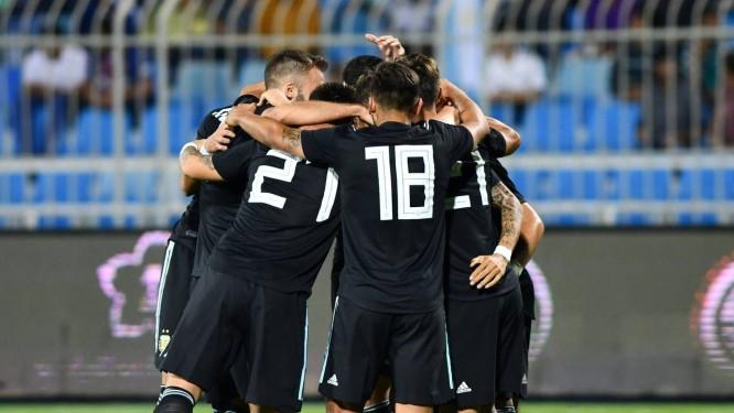 Jogadores da seleção argentina comemoram gol contra o Iraque Foto: Waleed Ali / REUTERS