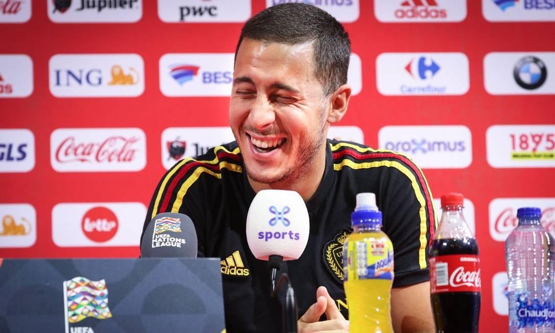 Hazard se diverte durante coletiva nesta quinta-feira Foto: VIRGINIE LEFOUR / AFP