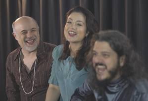 Marcos França (à esquerda) vive Vinicius de Moraes e divide a cena com Luiza Borges e André Siqueira Foto: Divulgação