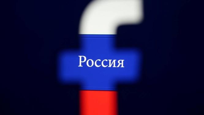 Logotipo do FAcebook diante de uma bandeira da Rússia, com o nome do país escrito em cirílico Foto: Dado Ruvic / REUTERS