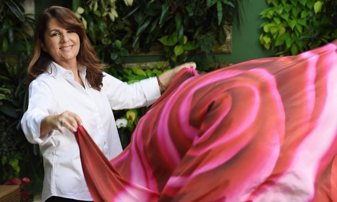 Fotógrafa lança coleção de lenços, tiaras e echarpes com estampas de flores em super close Foto: Divulgação/Camilla Maia
